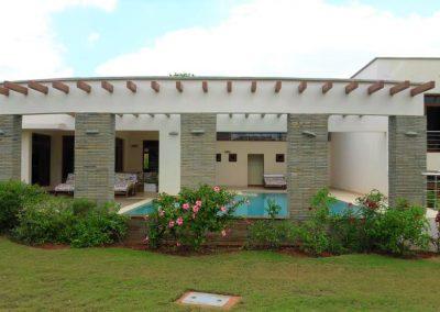 chui-house-outside-pool-graden